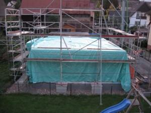 17.10.2013 Erdgeschoss mit Decke fertig und regensicher verpackt