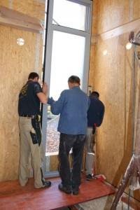 24.10.2013 Das große Treppenhausfenster wird eingepasst