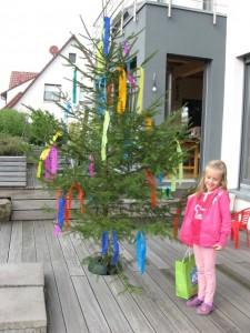 25.10.2013 Der geschmückte Richtfestbaum mit seiner Künstlerin