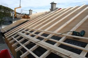 30.10.2013 Schicht für Schicht schließt sich das Dach