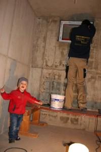 06.11.2013 Schreinermeister und Schreinermeistersohn montieren die Kellerfenster