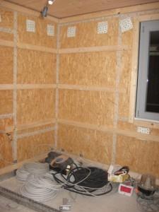 25.11.2013 An den Außenwänden wird die Installationsebene vorbereitet