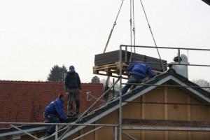 30.01.2014 Mit dem Kran kommt die Solaranlage auf das Dach