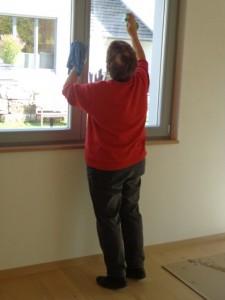 23.04.2014 Vor dem Einzug werden die Fenster sauber geputzt